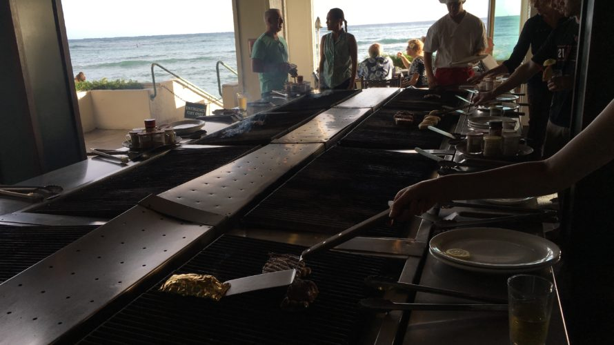 ワイキキのホテルのレストランで肉を焼く